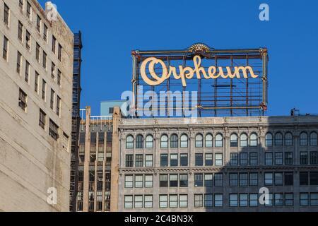 Los Angeles, California, EE.UU.- 11 de junio de 2015: Edificios en Hill Street. Gran Orpheum anuncio en el techo.