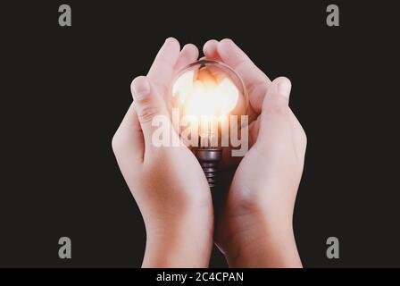 La creatividad y la innovación son claves para el éxito. Concepto de nueva idea e innovación con bombillas.