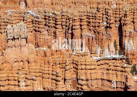 Una fotografía de cuadro completo de formaciones de roca roja en Bryce Canyon, durante el invierno