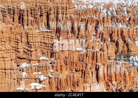 Una fotografía de marco completo de hoodoos de roca en Bryce Canyon, durante el invierno