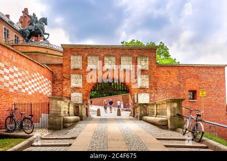 Cracovia, Polonia -18 de junio de 2019: Puerta del escudo de armas en el Castillo Real en Wawel en Cracovia