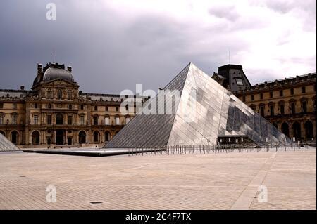 París, Francia, 19/06/2020 : pirámide del Louvre