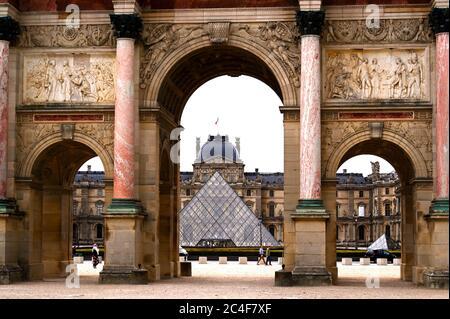 París, Francia, 20/06/2020 : Pirámide del Louvre en el fondo