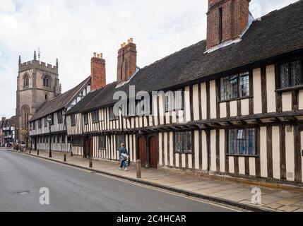 Almashouses del siglo XV, Stratford Guildhall, la escuela de Shakespeare, y la capilla del gremio en Church Street, Stratford-upon-Avon, Inglaterra, Reino Unido.