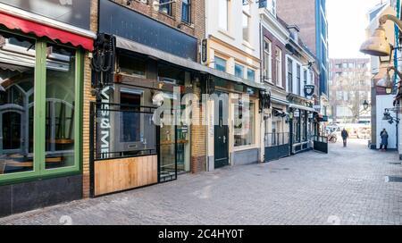 Bares y restaurantes en una desolada Drieharingstraat. Todos los bares y restaurantes están cerrados debido a la pandemia del COVID-19. Utrecht, países Bajos. Foto de stock