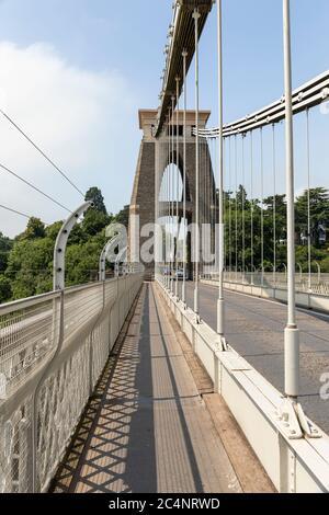 El famoso puente colgante de Clifton construido por el ingeniero victoriano Isambard Reino Brunel. Pasarela peatonal y cables de puente, Bristol, Inglaterra, Reino Unido