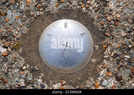 Mirando desde arriba hacia el marcador de ubicación E1 de la Autoridad Nacional de los Ríos de acero, Shingle Street, Suffolk, Inglaterra, Reino Unido Foto de stock