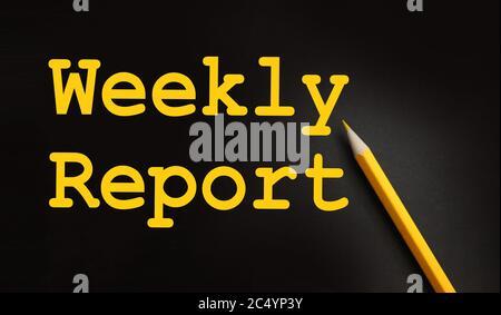 Informe semanal palabras impresas en amarillo sobre negro con lápiz amarillo. Concepto de negocio
