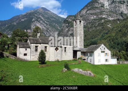 Pequeña iglesia tradicional en Lavizzara, Vallemaggia, cantón de Ticino, Suiza
