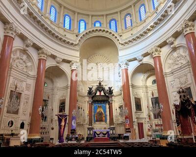 Dentro de una iglesia católica en la Valeta