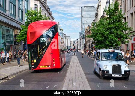 Taxi típico y autobús de dos pisos en Oxford Street, la calle comercial más grande de Europa