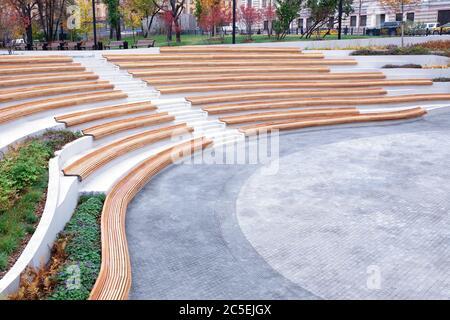 Diseño de espacios urbanos, la disposición del espacio abierto en la ciudad para el descanso y el entretenimiento de los ciudadanos. Líneas de arquitectura elegante, parque ajardinado,