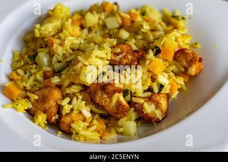 paella con carne, pimienta, verduras y especias en el plato