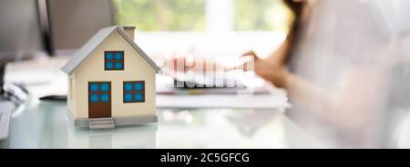 Impuesto de propiedad inmobiliaria y seguro de vivienda nueva Foto de stock