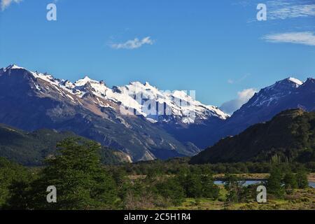 La vista sobre las montañas, el pueblo de el Chalten en la Patagonia, Argentina