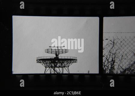 Foto en blanco y negro de un rastreador de aviones radar de aeropuerto.