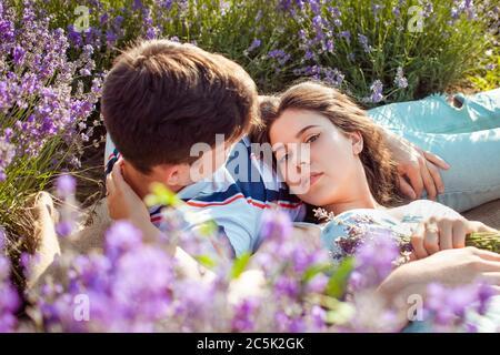 Amaba a la gente en un campo de lavanda, un hombre y una mujer se amaban unos a otros, un espacio vacío para el texto. Abstracción del amor, la felicidad, el amor, la juventud, la niña y la gu