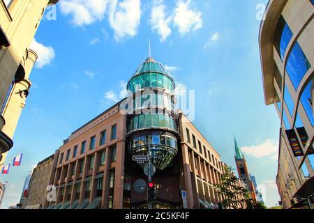 Fachada moderna del exclusivo centro comercial 'Schadow-Arkaden' en el centro de Düsseldorf, cerca de Königsallee. Este centro comercial abrió sus puertas en 1994.
