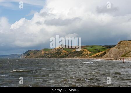 Vista desde West Breakwater en West Bay mirando a lo largo de la costa Jurásica hacia el Golden Cap. Parte de la Dorset AONB y en el camino de la costa suroeste