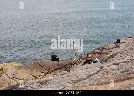Los niños pescando en las rocas en Dalkey, Dublín, Irlanda. Foto de stock