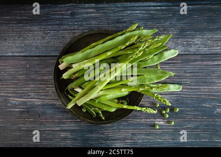 Verduras de color verde de la healphy en un plato de madera
