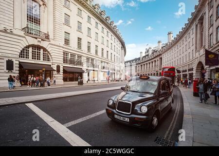 Típico taxi de Londres y autobús de dos pisos en la famosa Regent Street en el centro de Londres