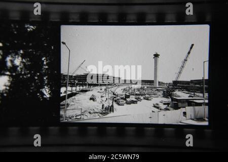 Fotografía en blanco y negro de la torre de control de tráfico aéreo del aeropuerto o'Hare de Chicago, Illinois. Foto de stock