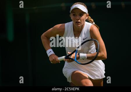 Katie Swan de Gran Bretaña en acción durante su primera ronda de partido en el Campeonato de Wimbledon 2019 Grand Slam Tennis Tournament
