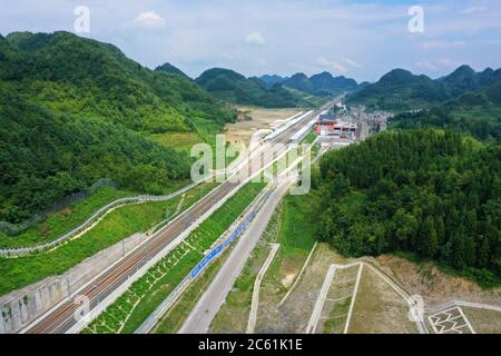 Liupanshui. 6 de julio de 2020. Foto aérea tomada el 6 de julio de 2020 muestra el ferrocarril Anshun-Liupanshui en la provincia de Guizhou, al suroeste de China. El ferrocarril interurbano Anshun-Liupanshui, con una velocidad de 250 km por hora, está en preparación para su apertura. El ferrocarril acortará el tiempo de viaje entre Guiyang y Liupanshui de las actuales 3.5 horas a aproximadamente 1 hora, y la ciudad de Liupanshui estará completamente conectada con la red nacional de trenes de alta velocidad. Crédito: Liu Xu/Xinhua/Alamy Live News