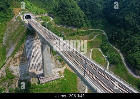 Liupanshui. 6 de julio de 2020. Foto aérea tomada el 6 de julio de 2020 muestra un puente ferroviario a lo largo del ferrocarril Anshun-Liupanshui en la provincia de Guizhou, al suroeste de China. El ferrocarril interurbano Anshun-Liupanshui, con una velocidad de 250 km por hora, está en preparación para su apertura. El ferrocarril acortará el tiempo de viaje entre Guiyang y Liupanshui de las actuales 3.5 horas a aproximadamente 1 hora, y la ciudad de Liupanshui estará completamente conectada con la red nacional de trenes de alta velocidad. Crédito: Liu Xu/Xinhua/Alamy Live News