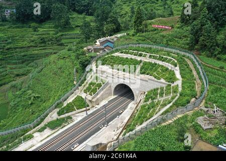 Liupanshui. 6 de julio de 2020. Foto aérea tomada el 6 de julio de 2020 muestra un túnel ferroviario a lo largo del ferrocarril Anshun-Liupanshui en la provincia de Guizhou, al suroeste de China. El ferrocarril interurbano Anshun-Liupanshui, con una velocidad de 250 km por hora, está en preparación para su apertura. El ferrocarril acortará el tiempo de viaje entre Guiyang y Liupanshui de las actuales 3.5 horas a aproximadamente 1 hora, y la ciudad de Liupanshui estará completamente conectada con la red nacional de trenes de alta velocidad. Crédito: Liu Xu/Xinhua/Alamy Live News