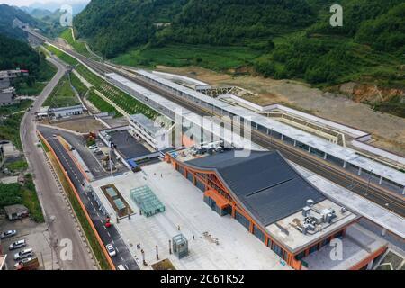 Liupanshui. 6 de julio de 2020. Foto aérea tomada el 6 de julio de 2020 muestra la estación ferroviaria de Lengba a lo largo del ferrocarril Anshun-Liupanshui en la provincia de Guizhou, al suroeste de China. El ferrocarril interurbano Anshun-Liupanshui, con una velocidad de 250 km por hora, está en preparación para su apertura. El ferrocarril acortará el tiempo de viaje entre Guiyang y Liupanshui de las actuales 3.5 horas a aproximadamente 1 hora, y la ciudad de Liupanshui estará completamente conectada con la red nacional de trenes de alta velocidad. Crédito: Liu Xu/Xinhua/Alamy Live News