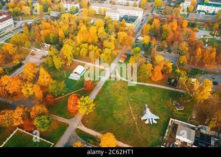 Pinsk, región de Brest de Belarús, en la región de Polesia. Ciudad de Pinsk Skyline en día de otoño. Vista de pájaro del Parque de la ciudad con aviones militares y