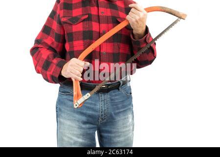 un trabajador de madera en una camisa roja y negra sostiene una sierra de arco aislada sobre blanco