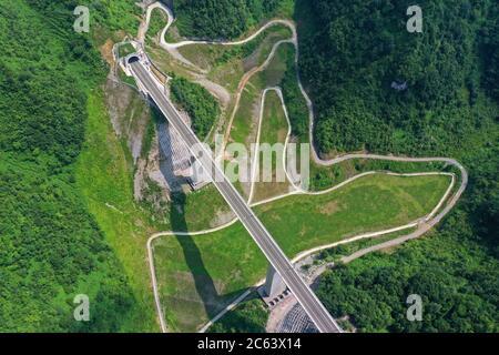 Pekín, China. 6 de julio de 2020. Foto aérea tomada el 6 de julio de 2020 muestra un puente ferroviario a lo largo del ferrocarril Anshun-Liupanshui en la provincia de Guizhou, al suroeste de China. El ferrocarril interurbano Anshun-Liupanshui, con una velocidad de 250 km por hora, está en preparación para su apertura. El ferrocarril acortará el tiempo de viaje entre Guiyang y Liupanshui de las actuales 3.5 horas a aproximadamente 1 hora, y la ciudad de Liupanshui estará completamente conectada con la red nacional de trenes de alta velocidad. Crédito: Liu Xu/Xinhua/Alamy Live News
