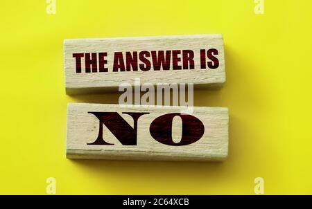 La respuesta es no sobre los bloques de madera en amarillo. Concepto de negocio o relación