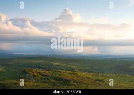 Nubes dramáticas sobre los moros - Parque Nacional Dartmoor, Devon, Inglaterra