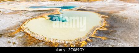 Vista angular de la piscina de Doublet, Upper Geyser Basin, Yellowstone National Park, Wyoming, Estados Unidos
