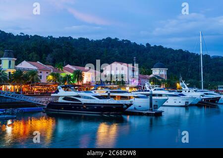 Langkawi, oficialmente conocido como Langkawi, la joya de Kedah, es un distrito y un archipiélago de 99 islas en el mar de Andamán a unos 30 km del principal
