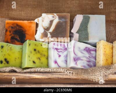 Cosméticos naturales orgánicos spa para el cuidado del cuerpo y la cara con aceite de coco Foto de stock