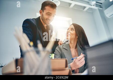 Equipo de negocios hablando en la oficina moderna y discutiendo ideas