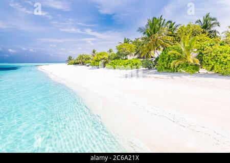 Hermosa playa y mar tropical. Maravillosa naturaleza de playa, paisaje de Maldivas, vista perfecta de paisaje exótico, arena blanca y cielo azul. Complejo de lujo