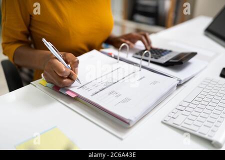 Contable Empresarial afroamericano en Oficina haciendo Trabajo contable