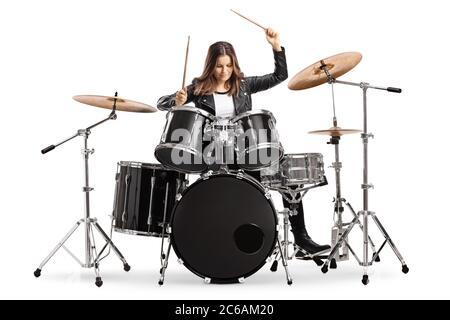 Batería joven mujer tocando batería con tambores aislados sobre fondo blanco