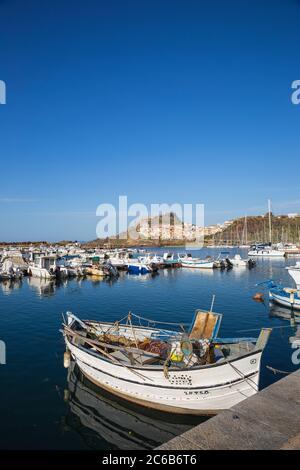 Vista sobre el puerto deportivo hacia el antiguo castillo, Castelsardo, provincia de Sassari, Cerdeña, Italia, Mediterráneo, Europa
