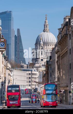 Autobuses rojos de dos pisos en Fleet Street con la cúpula de la Catedral de San Pablo y rascacielos en el distrito financiero de la ciudad de Londres, Londres, Eng