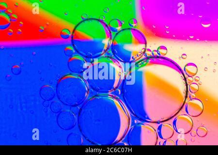 Resumen Fondo de burbujas de aceite en agua superficie paleta de colores. Primer plano macro. Foto de stock