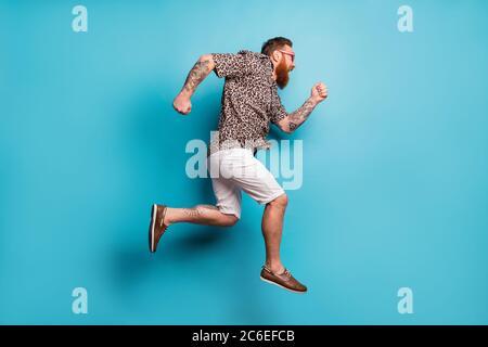 Foto de perfil de tamaño completo de un loco salto de altura centro comercial de prisa adicto shopper correr rápido llevar camisa de leopardo sol especificaciones zapatos pantalones cortos