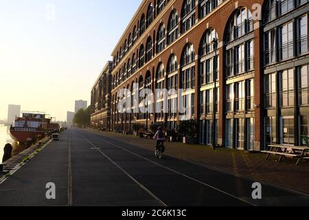Edificios modernos en el Veemkade junto al río IJ en el centro de Amsterdam
