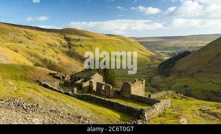 Crackpot Hall (ruinas de la antigua granja) en lo alto de la colina iluminada por el sol con vistas panorámicas colinas rurales de Yorkshire Dales y valle (Swaledale) - Inglaterra, Reino Unido.